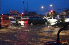 Hujan sejak sore, jalan utama sentra sepatu Cibaduyut dilanda banjir