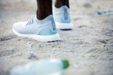 Sepatu seharga Rp 2,8 juta ini dibuat dari sampah plastik lautan