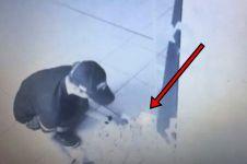 Pria ini 'mandi uang' gara-gara ATM rusak, keluarkan uang Rp 31 juta