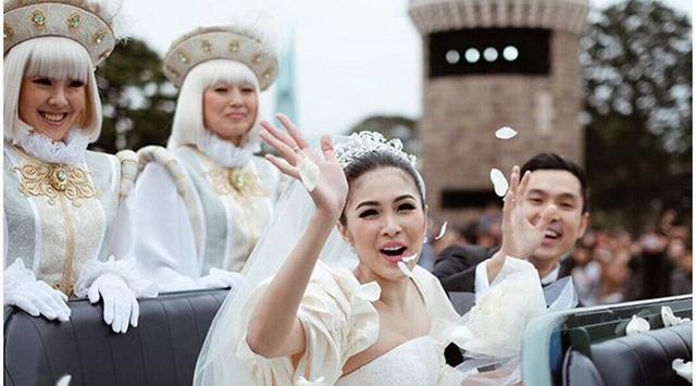 4 Sosok di balik penampilan Sandra Dewi bak Cinderella di Disneyland