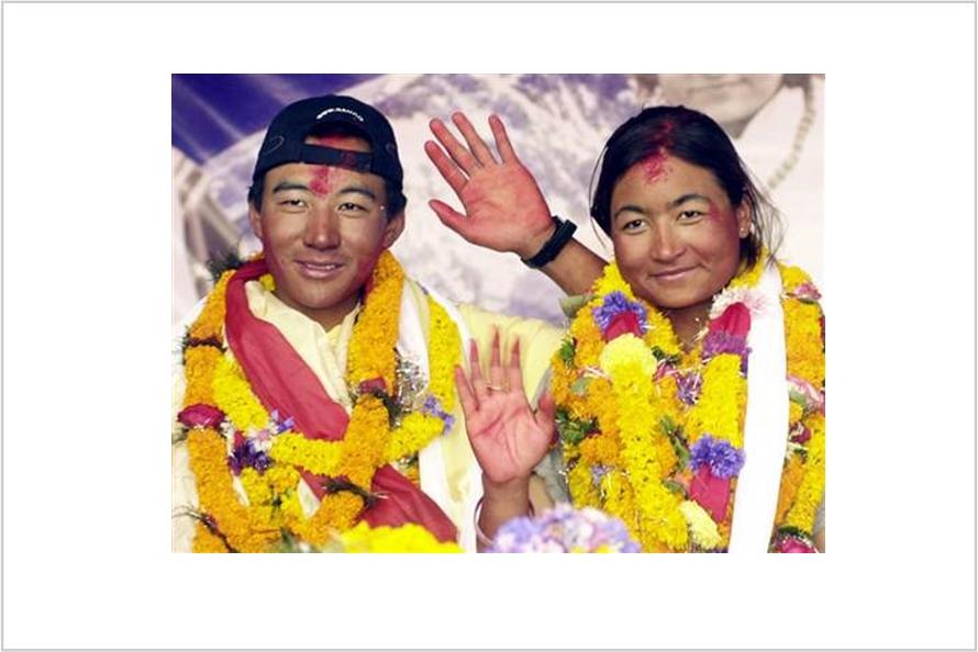 Sama-sama pendaki gunung, pasangan kekasih ini menikah di Everest