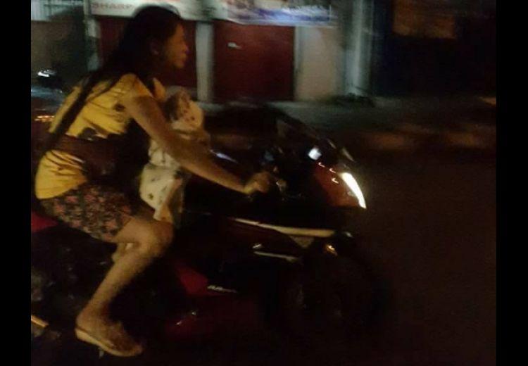 Ibu gendong balita ini ngawur, tanpa helm naik motor sport di jalanan