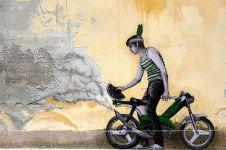 Nggak cuma keren, 10 street art ini juga nyindir keseharian manusia