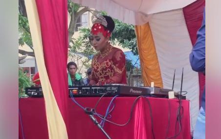 Aksi DJ cantik di pesta pernikahan ini 'leh uga', yuk goyang terus