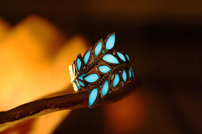 Perhiasan glow in the dark  © 2016 berbagai sumber