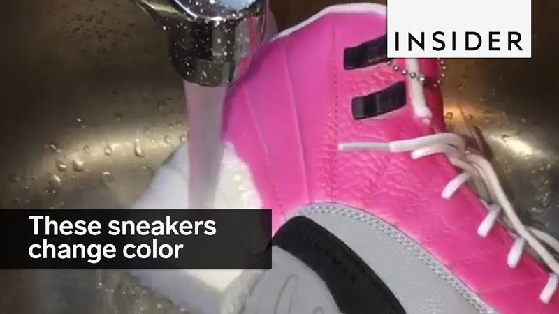 Sneakers ini keren banget, bisa ganti warna cuma dengan diguyur air