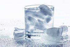 12 Fakta bahaya minum air dingin usai makan, kamu pasti sering kan?
