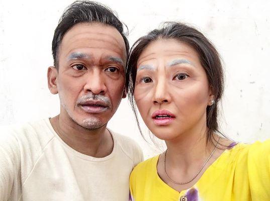 Pasangan artis ini ubah wajahnya jadi tua pakai makeup, kamu pangling?