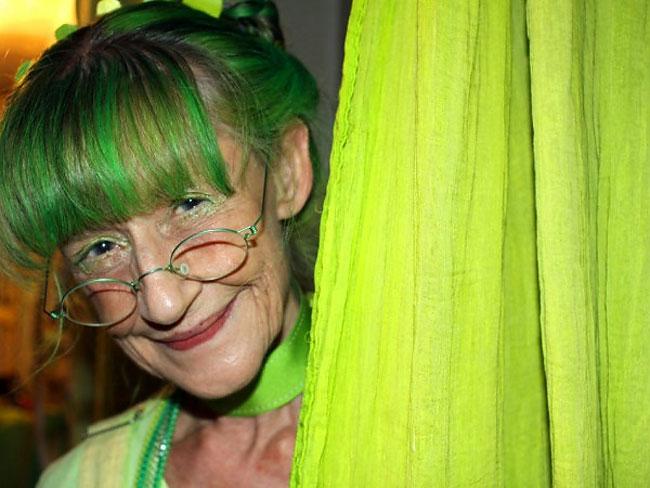 Nenek ini pakai serba hijau dari kepala sampai kaki selama 20 tahun