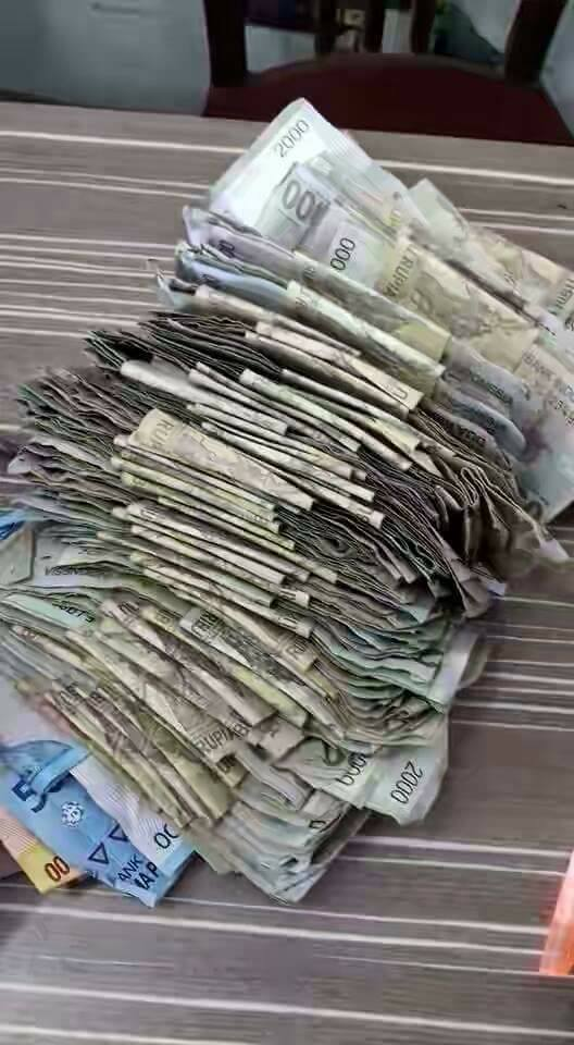 Bapak gunakan uang dua ribuan untuk beli HP anak © 2016 brilio.net