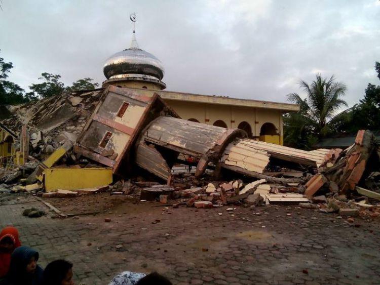 Masjid ambruk, warga Aceh salat Jumat di antara reruntuhan
