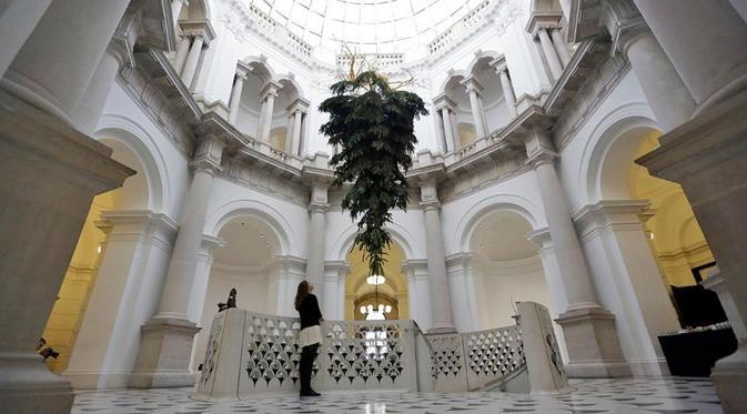 Pohon Natal di museum ini dipasang terbalik