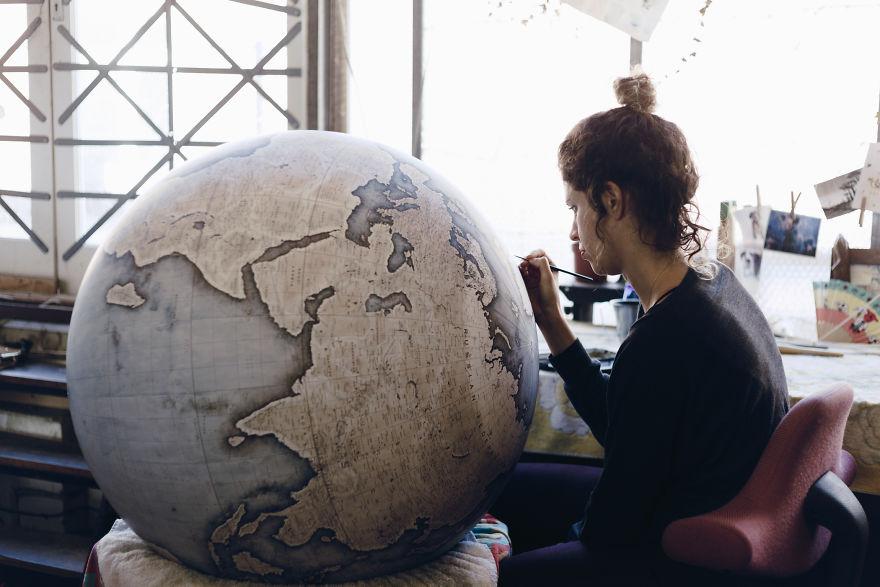 10 Foto ini tunjukkan gimana proses pembuatan globe 100 tahun lalu