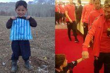 Akhirnya bocah berkaus kantong plastik asal Afganistan bertemu Messi