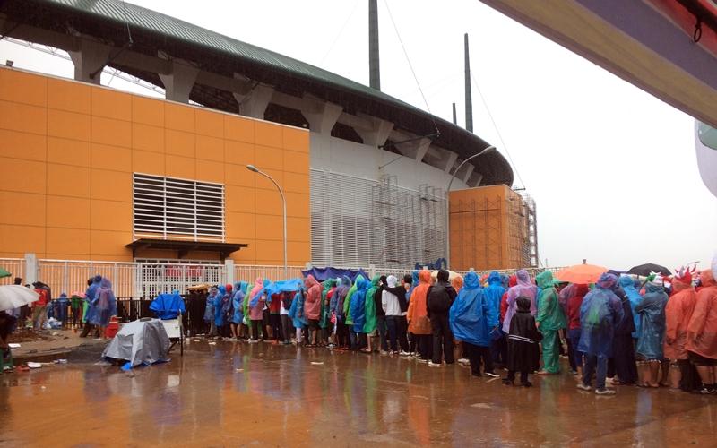 Suporter Final Piala AFF rela antre meski diguyur hujan