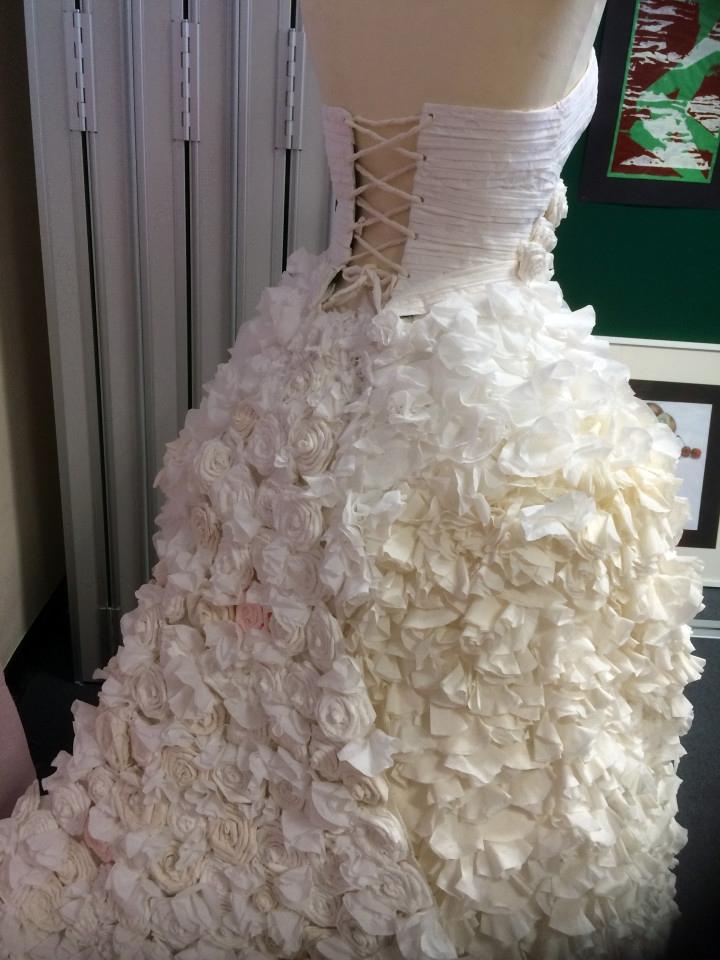 Gaun pengantin mewah ini ternyata cuma dibikin dari tisu