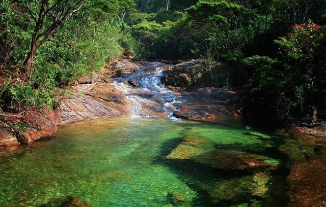 Sungai di negara tetangga ini airnya jernih banget, bisa buat ngaca