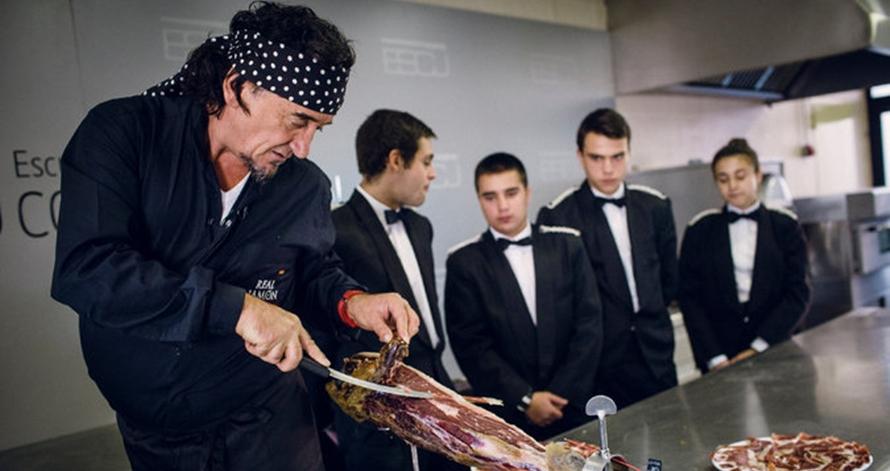 Wow, orang rela membayar pria ini Rp53,6 juta untuk mengiris daging
