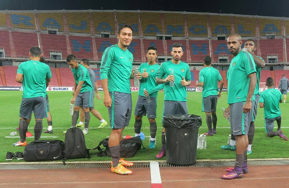 Sebelum bertanding, Timnas Indonesia salat Maghrib di ruang ganti