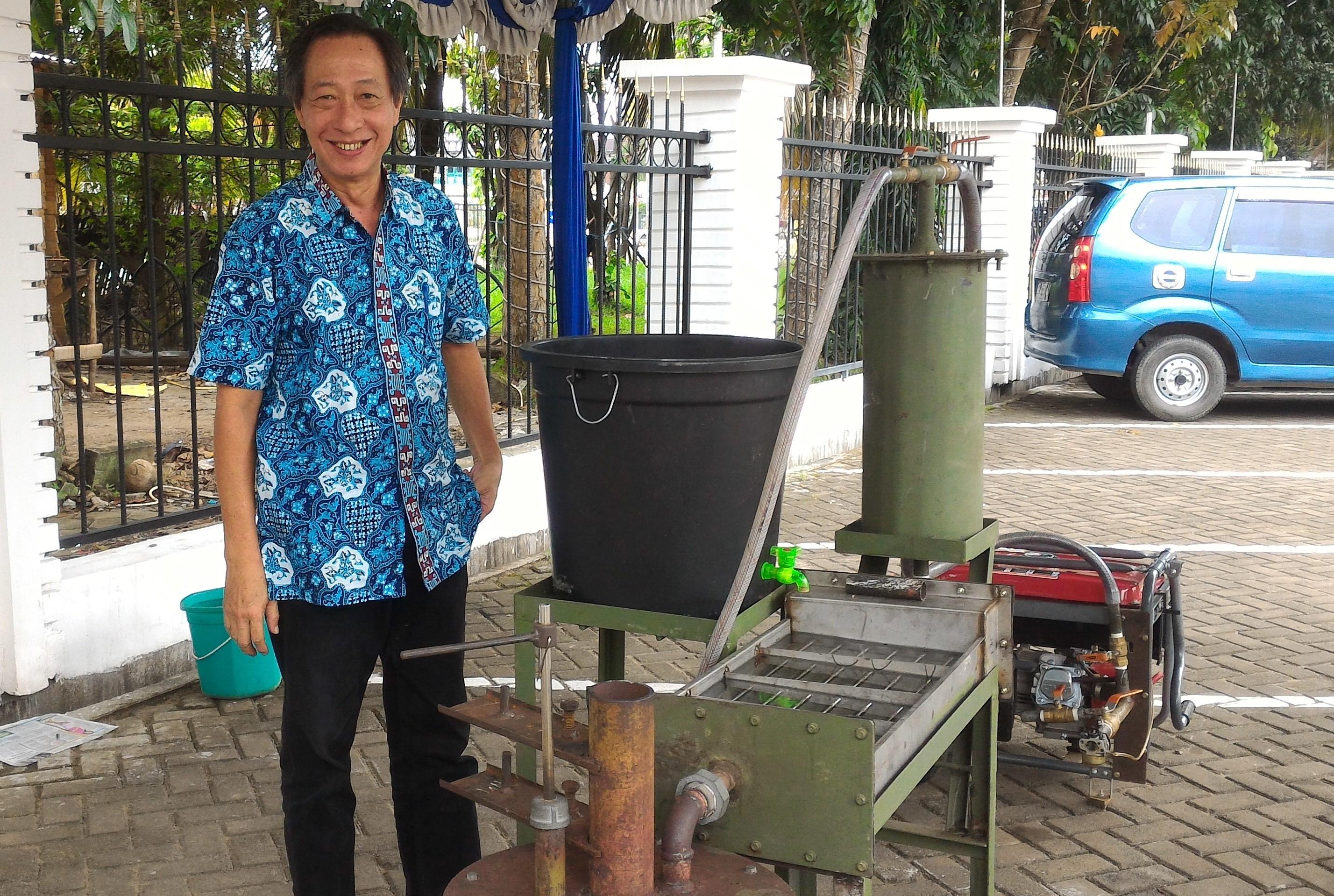 Bantu desa terpencil, Herman bikin pembangkit listrik dari arang