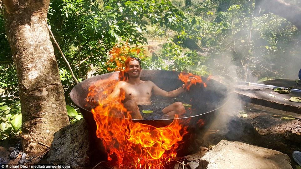 di tempat ini kamu ditantang mandi sambil dimasak hidup-hidup © 2016 dailymail