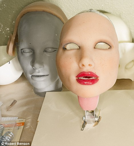 foto langka dibalik pembuatan boneka seks © 2016 dailymail