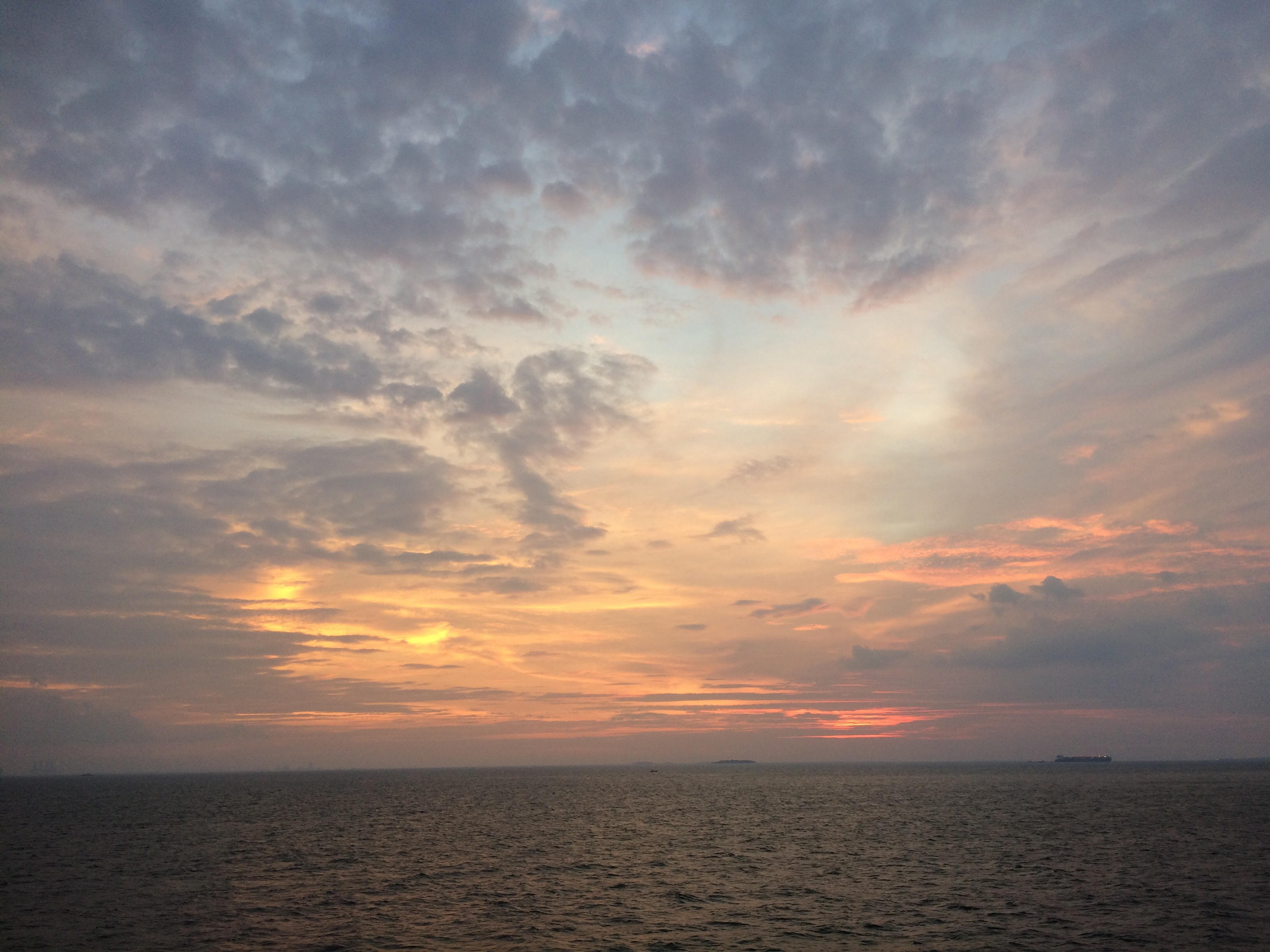 Pengunjung Pelni nikmati sunset terakhir 2016 di top deck KM Umsini