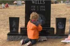 Kisah bocah dua tahun kunjungi makam ayahnya ini menyentuh banget