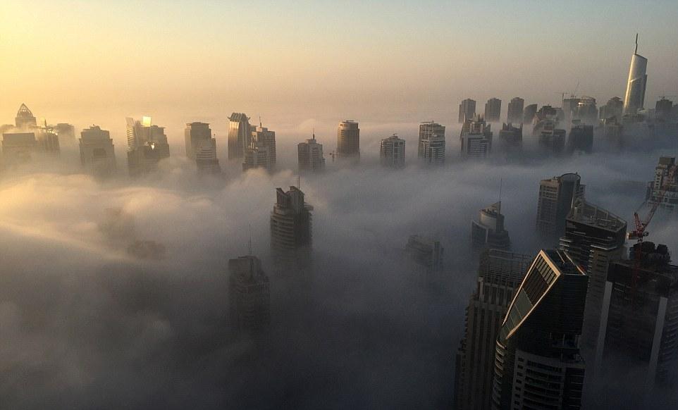 kota-kota diselimuti kabut serasa di kahyangan © 2017 dailymail.co.uk