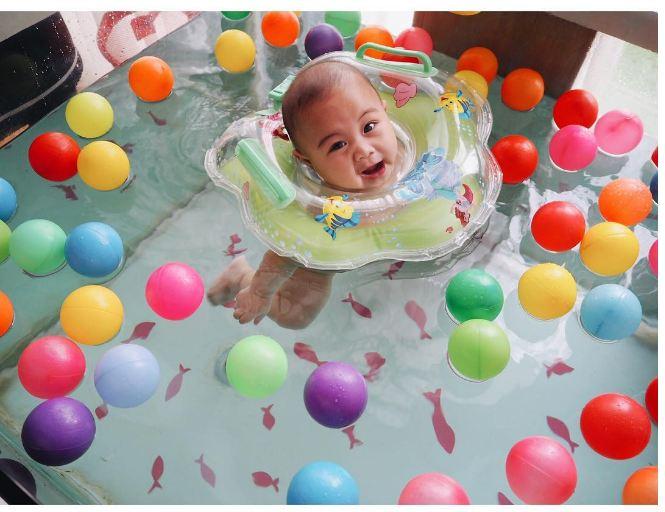 Lucunya ekspresi 7 bayi artis saat berenang ini bikin gemas