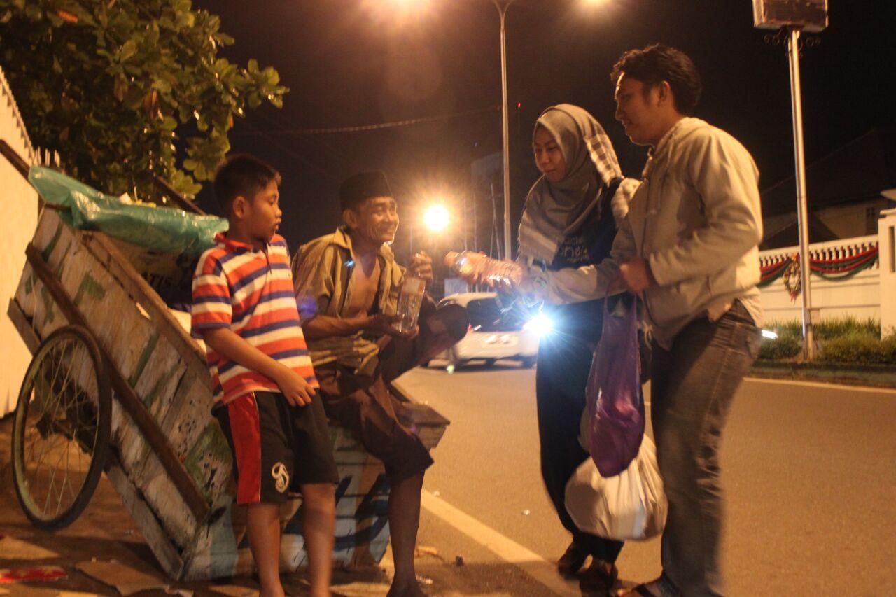 Komunitas ini beraksi Jumat malam beri sedekah untuk warga miskin