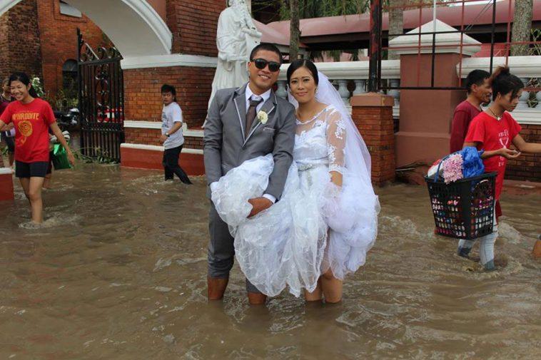 Banjir setinggi lutut, tak menyurutkan niat pasangan ini untuk menikah
