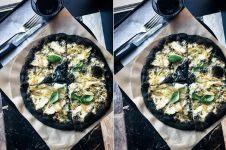 Pizza ini biar hitam legam tapi rasanya bikin lidah bergoyang