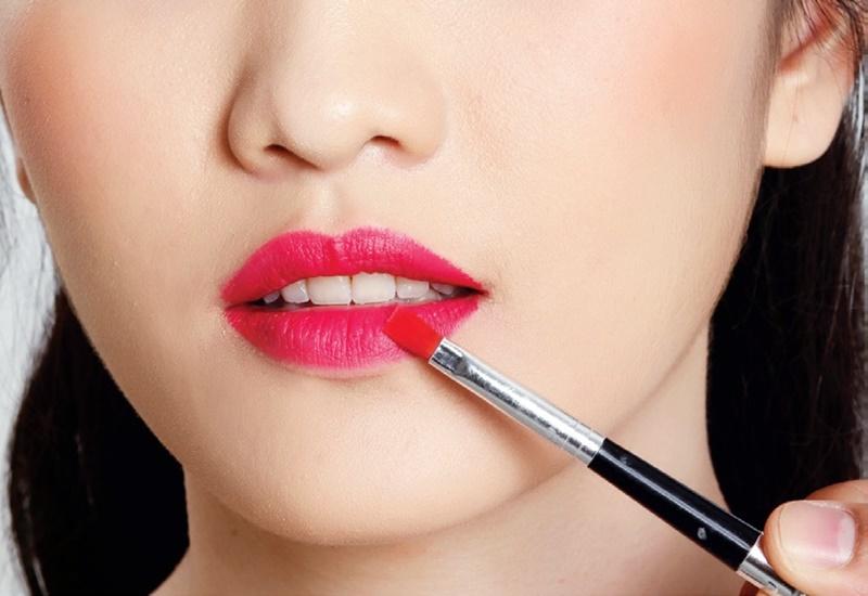 Ini kesalahan yang sering cewek lakukan saat menggunakan lipstik
