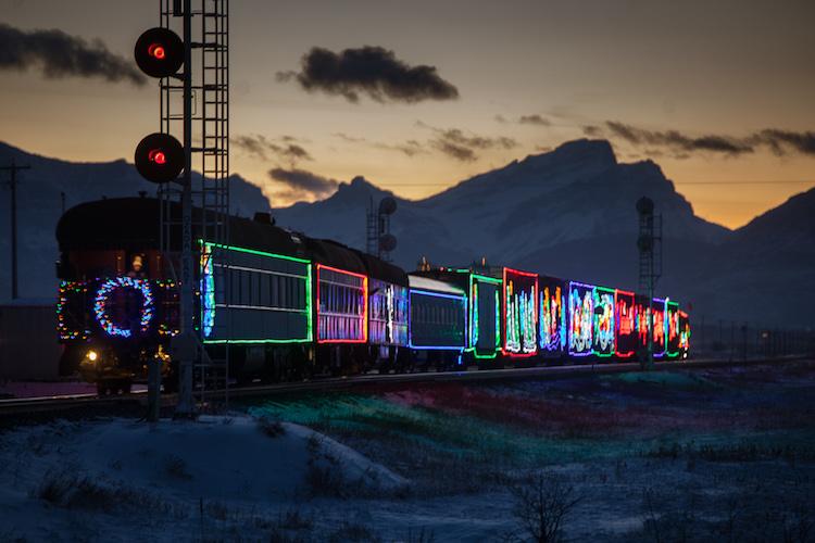 10 Foto keren kereta api penuh lampu LED, bikin perjalanan kian asyik