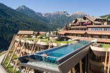Kolam renang transparan di ketinggian 20 meter ini beri sensasi aduhai