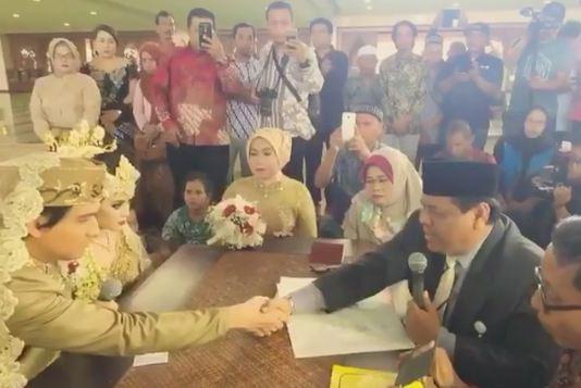 Sempat tertunda, Lucky Hakim akhirnya menikah juga dengan Syahrini KW