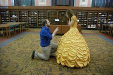 Pria ini melamar dengan menjahit gaun ala Belle 'Beauty and The Beast'