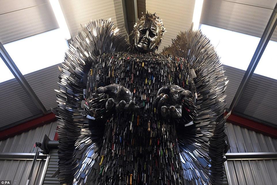 5 Foto patung raksasa tersusun dari 100 ribu pisau ini bikin melongo