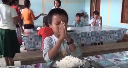 Anak tuna rungu berdoa sebelum makan ini bikin terharu