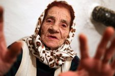 Nenek ini punya profesi paling aneh, jadi tukang jilat bola mata