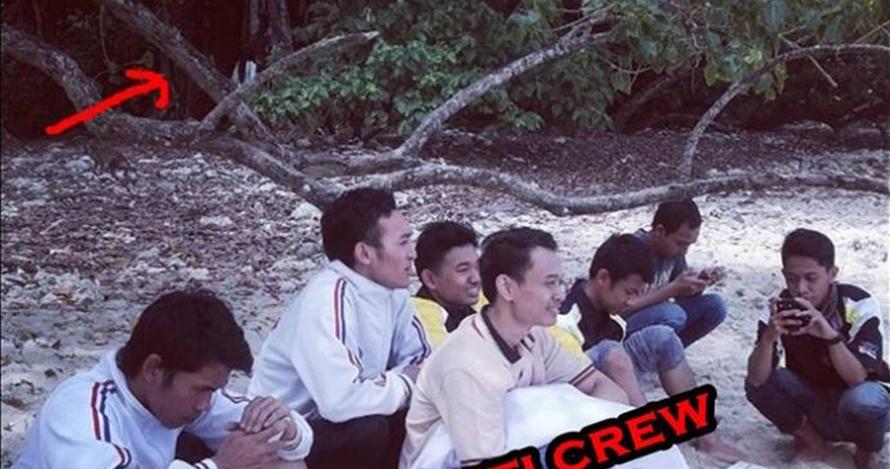 Asyik liburan, para cowok ini tak sadar ada sosok misterius ikut foto