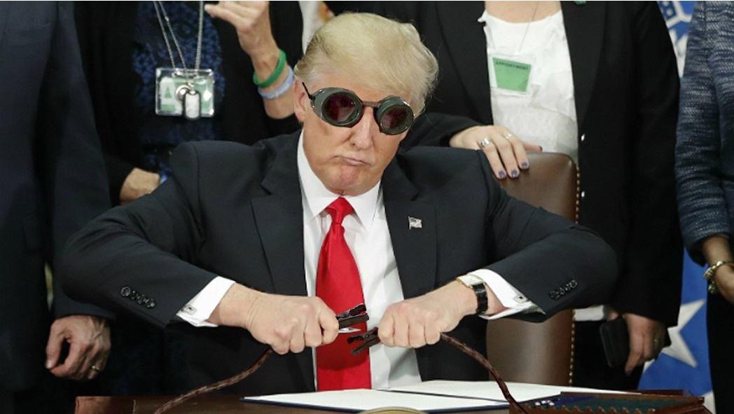 17 Foto editan saat Donald Trump memegang bolpen ini kocak banget