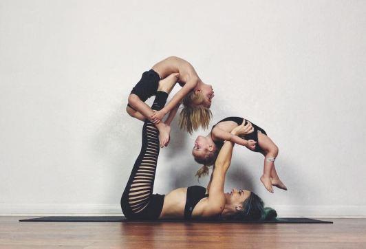 10 Aksi ibu ajak 2 anaknya lakukan pose yoga ini keren banget