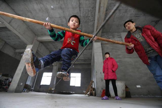 Wang jalan di atas tali © 2017 shanghaiist.com