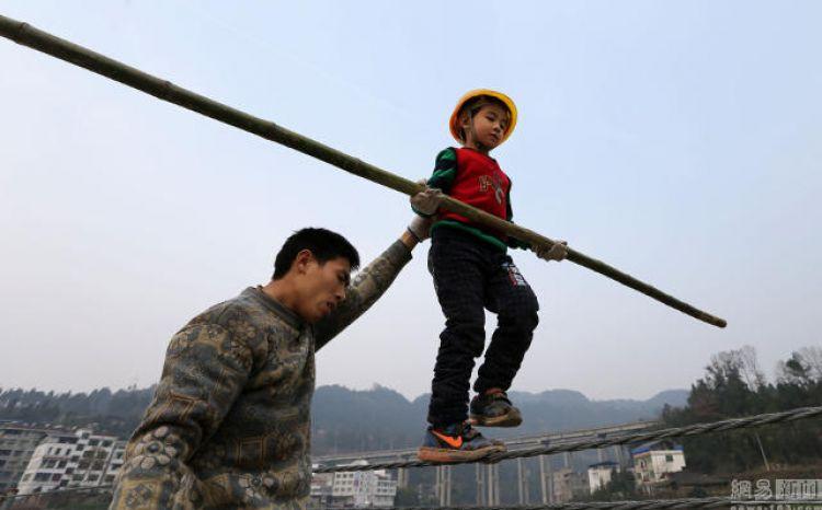 Ayah ini ajarkan anaknya berjalan di atas tali setiap hari, kenapa ya?