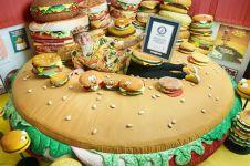 Pria ini koleksi replika hamburger sebanyak 3.724 buah, wow!