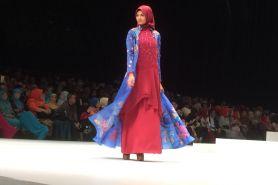 Busana muslimah desainer Sumbar ini bertabur swarovski