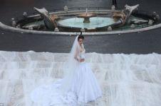 13 Gaun pengantin paling nyeleneh dan bikin repot banyak orang