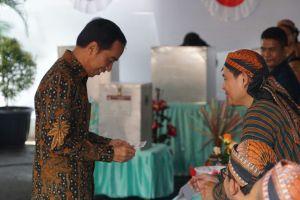 Presiden Jokowi nyoblos di TPS IV, petugas KPPS-nya pakai blangkon